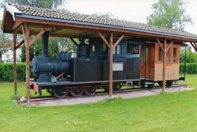 """Delary - Strömsnäsbruk Järnväg 3, """"August Schmitz"""" Delaty 4/1916. 643 mm. Opstillet ved stationen i Strömsnäsbruk. Foto 2013."""