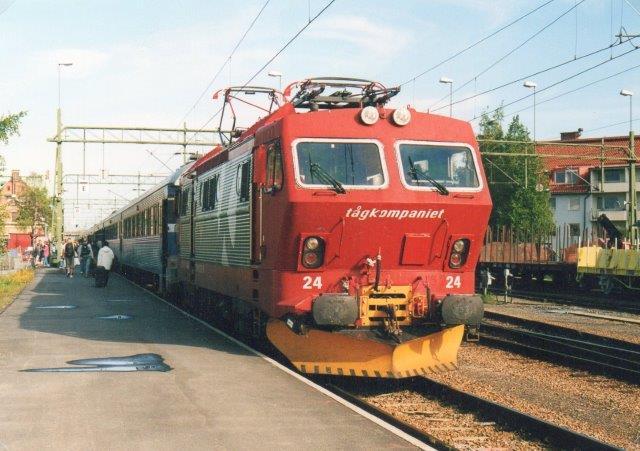 Tågkompaniet kørte fra udbuddet indtil 2003 Laplandsekspressen Göteborg/Stockholm - Luleå/Narvik. i 2002 brugte de sJ Rc, mens der i 203 sås en norsk El 16.24. Foto: Ulrich Völz i Umeå 2003.