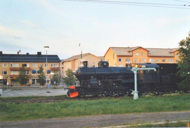 SJ B 1219 ejet af Vännä Kommune og opstillet ved banegården. Taget fra det kørende nattog, hvor vi åbenbart endnu ikke var gået til rå. 2002.