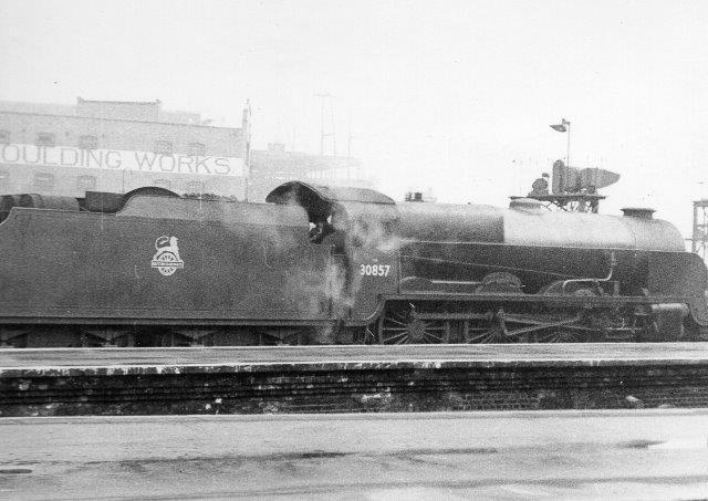 BR 30856 måske i Dover eller en anden færgeby. Maskinen er en 2C bygget 1926 til Southern Railway. Foto: Hans Kristian Hansen engang i 50'erne.