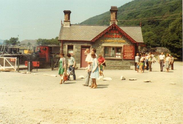 I Nordvestwales ligger Llanberris Lake Railway. Banen er 2½ miles med sporvidde 1 fod og 11½ tomme. Lokale mål forstås. Her ses stationen med lokomotiv nr. 3. Banen kørte skifer fra bruddene ud til havet eller nærmeste offentlige jernbane. Foto: Bodil Riis 1977.