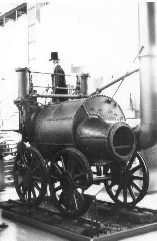 Timothey Hackworth, Sanspareil blev bygget 1829 til lokomotivslagt ved Rainhill,der skulle finde det bedste lokomtoiv til Manchester Liverpoolbanen. Maskinen her blev dog diskvalificeret på grund af for højt akseltryk. Det var ogsåfor den kulminebane, der købte det, så det blev benyttet som stationær dampmaskine til det udrangererdes 1863. herefter var nogen forudseende nok til at sætte det på museum. I dag ses den på the Science Museum i South Kensington. Havde sporet holdt, havde lokomtoivet formentlig kørt udmærket?