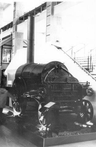 Stephensons Raket. Den kørte på Liverpooll & Manchester Railway 1829 - 1836, idet den vandt lokomotivslaget (som det eneste lokomotiv, der kunne køre.) Den var minelok 1836 - 44 og hensat 1844n- 62, hvorefter den kom på museum. Det eksemplar, man normalt ser fotos af er er en køreklat efterligning, der ser lidt anderledes ud med blandt andet tender. Museets eksemplar er ombygget gennem tiderne.