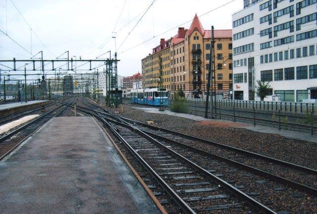 Jeg har aldrig taget på sporvognsture med det formål at fotografere sporvogne, men er der kommet en forbi og jeg allievel havde apparatet fremme, så har jeg fotograferet. Ofte er vognen væk, inden jeg får nummreret. Her ses en sporvogn i Göteborg C, Uden for hegnet, men tæt på. 2011.