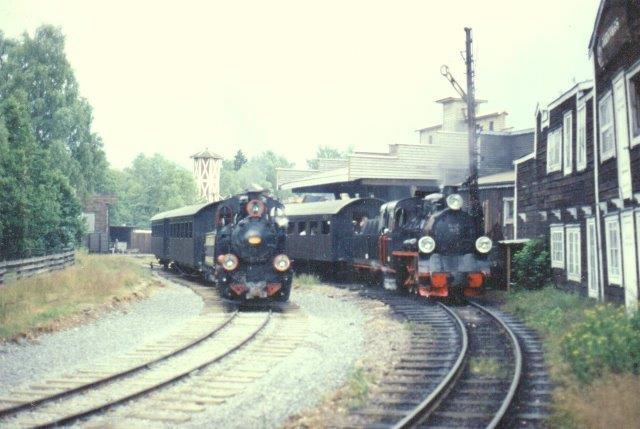To af de polske lokomotiver holder på banen og prøver at se amerikanske ud. Foto Bo Gyllenberg 1999.