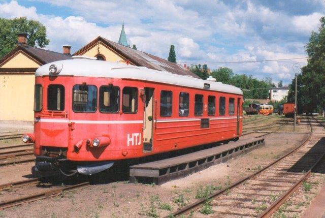 SJ YC06 10137 her mærket med danske Høng - Tølløse Jernbanens initialer HTJ. Den havde yderligere betegnelsen S 47. Den kørte vetrantog ipå Nore Berlgslag Veteran Järnväg fra Nore, hvor den ses i 1997.