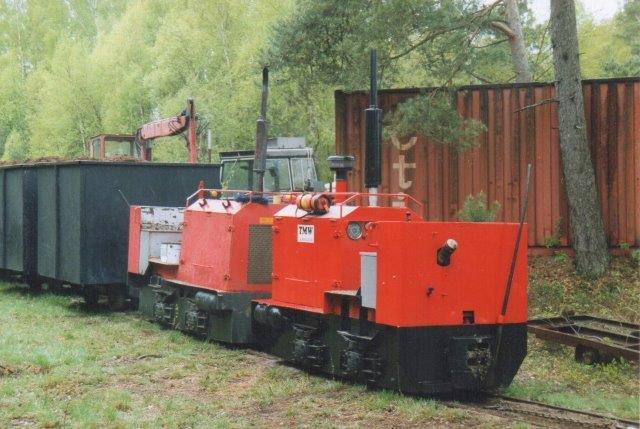 """Tørvetogene kørte dobbelbespændt med to Bergsbolagen lokomotiver, 1683/1944 og 1684/1944. Det nærmeste lokomotiv, 1684 er rangerlokomotiv, der hjalp til da """"banegårdens stigninger var for store til de tunge tog. Rangersporene var så få, at lokomotiverne let blev låst inde i bunden af et blindspor. Til og fra mosen klarede et lokomotiv toget, idet mosen var en højmose med fald til værker, hvor vognene var læssede. Foto 2006."""