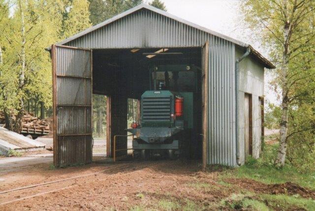 Kronmull AB Kalinin 1033/1962 var netop kørt i remisse, da vi ankom. Her fandtes et reservelokomotiv, GIA 762/1976, men den søgte vi ikke, for personalet ville hjem. Foto: 2006.