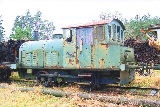 Fra SSA formentlig også fra Hasslarp havde man i Brösarp også denne Windhoff, der her ikke er nummer på. Lokomotivet hold ude i 2007, men senere var den væk. Lokomotivet er bemærkelsesværdigt, da der Hedesusene kørte et lignende lokomotiv rund uden det dog blev fotograferet. Foto: 2007 i Brösarp.