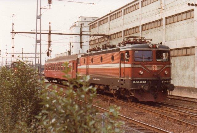 SJ Rc3 1058, ASEA 1662/1970 i Helsingborg med en dansk vogn 1978. I følge svens hjemmeside blev lokomotivet først Rc3 1988? (1987 Rc2 og oprindeligt Rc(1).)