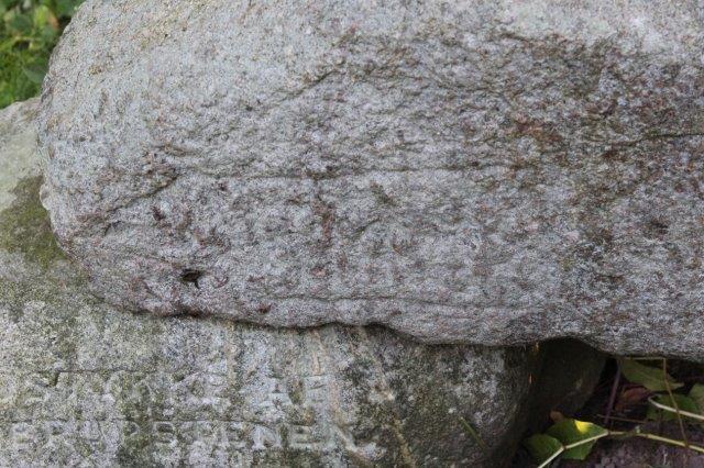 Her ses i nærbillede et bånd med runer. Solen skulle nok have stået mere skråt, for at runerne var blevet tydeligere, og alsken fotobehandling bragte ikke runerne tydeligere frem.