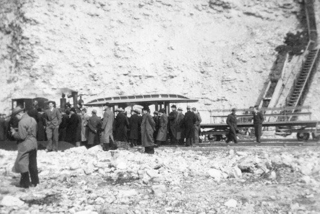 """Engang i 30'erne eller 40'erne var der besøgt i bunden af bruddet. Transporten rund foregik med lok 10, Krauss 5721/1907. Personvognen er en """"hestesporvogn"""" der kørte i limhamm 1900 - 1914. Foto: Arkiv Bo Gyllenberg."""