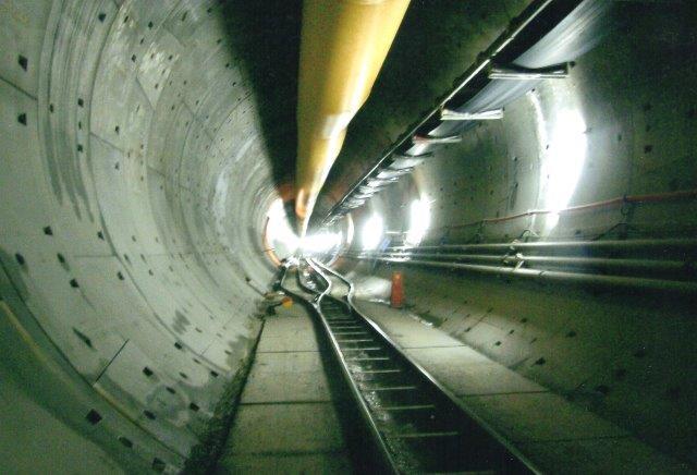 Tunnelen var enkeltsporet, men hvor der manuelt med 300 til 400 meter mellemrum gravedes en af de 13 tværtunneler var der et arbejdsspor. Foto: 2007.