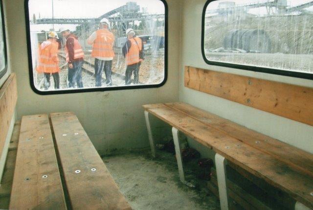 Personvognens indre . Lys, men ikke særlig komfortabel. Ved på Storebæltstunnelen og ved Fjernvarmetunnelen under Købenthavn var de mere komfortable. 2007.