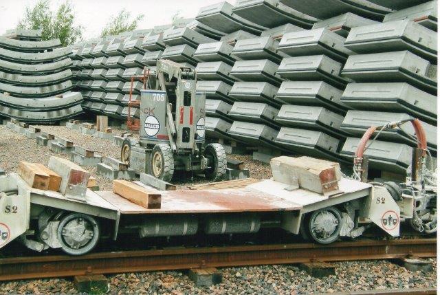 Elementtransportvogn til transporten mellem lager og tunnel. Disse vogne havde bremse og var væsentligt sværere end vognene til transporter af elementer mellem fabrik og lager. 2007.