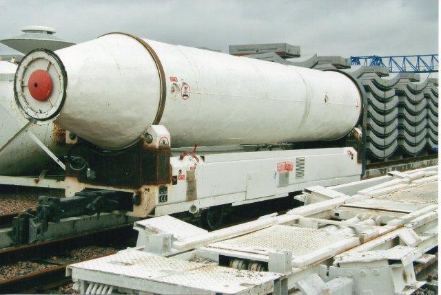 Betronkanon i den helt store størrelse. I forgrunden ses reservedel til boremaskinens backupdel. 2007.