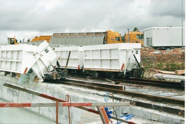 Fyldvogn tømmes. Den udborede masse bliver flydende. Stammen bagved består af mindre fyldvogne, der bruges til udkørsel fra de manuelt udgravede tværtunnelern. 2007.