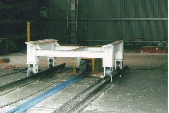 Vogn med kædetræk til intern transport af elementer på elementfabrikken 2007.