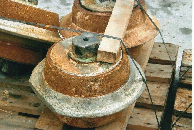"""Et af disse hjul har siddet stille og har fået """"skæret"""" slebet plant. I strten både her og navnlig under Storebælt grave si morøne. Problemet her er sten. Små sten løsner let og falder igennem, og store sten knuses uden problemer, men sten i mellemstørrelsen slipper og førers af borehovedet med rundt, så boringen går i stå. Derfor er der hulle i borehovedet, så en arbejder kan komme ud """"rydde"""" op. Han kan kun komme ud, når boremaskinen er trukket tilbage. og den kan kun trækkes langt nok tilbage lige før en ny ring skal monteres. Arbejderen uden for borehovedet beskyttet mod nedfaldende loft af et skjuls, der kan skydes frem. Sammenskridning af fronten er han dog ikke beskyttet imod. 2007."""