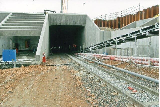 Den østlige tunnelindkørsel i hyllige. Mundingen af det vestlige rør ligger umiddelbart til venstre for. 2007.