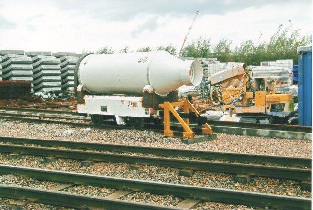 Cementkanon i lille udførelse. 2007. Reservemateriel hensattes åbenbart på spor på elementpladsen.