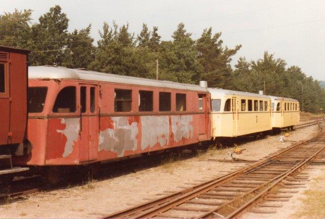 I 1978 stod i Brösarp tre skinnebusser uden data. De to var dog ommalede og forsynede med veteranbanens loko. De var bygget af Scandia som 20756/1952 og 20757/1952 og kørte som ØSJ Sm 11 og 12. I 1975 gik de til Brösarp. Den røde med sort stribe tyder også på en fortid i Danmark