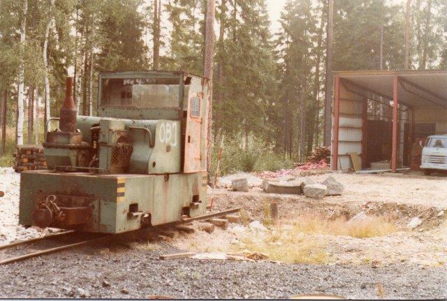 I 1978 var dette Simplex-lokomotiv hensat ude. Det er for mig uden data. Dog noterede jeg et byggeår på 1951.