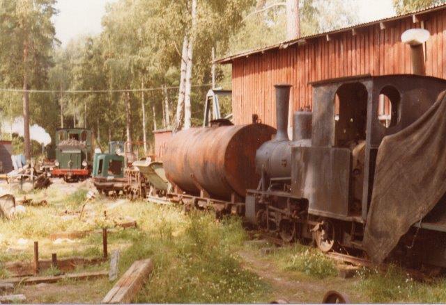 Endnu et O&K-lokomotiv stod ude ved besøget 1978 også uden plade og data.