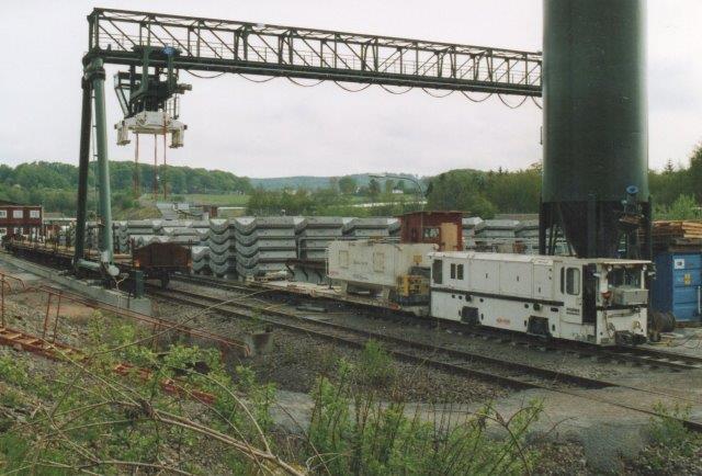 Hallandsås Projekt Skanska-Vinci HB 4210-0001, Schöma 6007/2005. Type CFL200DCL i Förslev 2006. Til venstre et normaslor til aflæsning af ankomne foringselementer. Toget består af en mørtelvogn. Lidt efter påspændtes også tre elementvogne med 8 elementer, der danner en enkelt ring.