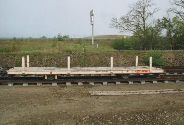 Fladvogn med sidestøtter. 2006. I baggrunden en offentlig landevej med hegn ind mod byggepladsen, men det var muligt herfra at fotografere.