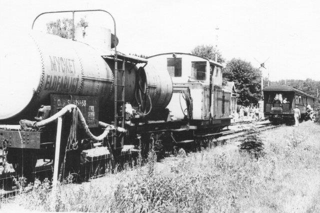 Selv om tankvognen er mærket brandfarlig, kører den dog efter museumstoget, hvis damplokomotivet skulle løfte en gnist og antænde noget. Desuden deltog brandslukningstoget lokomotiv i omløbet i Gräfsnäs.