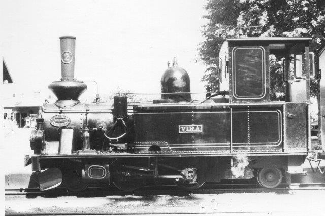 ÖSJ 2, Vira, Motala 1901. Maskinen kørte på Staffsjö Järnväg. Da denne nedlagdes forsvandt lokomotiv næstem sporløst, men efetr et detektivarbejde blev det genfundet i den norske mine i Kirkenes og købt tilbage og sat i stand. Dette forløb gav megen genlyd i nordisk jernbaneentusiastpresse i sin tid. Foto fra 1975.