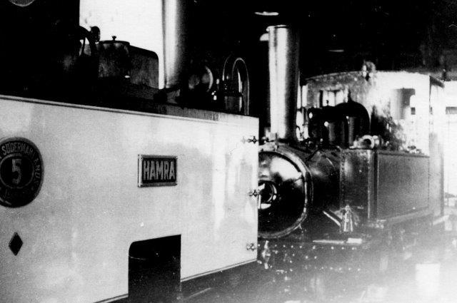 """I remisen hold ÖSJ 5, """"Hamra,"""" O&K fra 1902, et mallet-lokomotiv med flere ejere samt ÖSJ 4."""