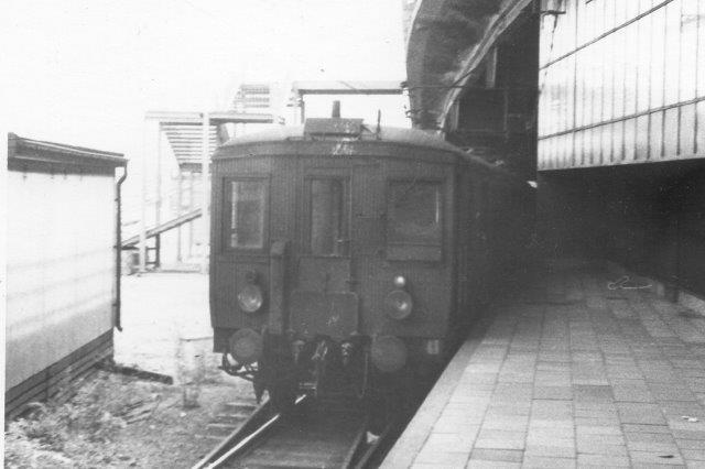 En banens otte elektriske motorvogne XCo bygget af Asea 1912 - 14 på stationen ved Slussen 1975.