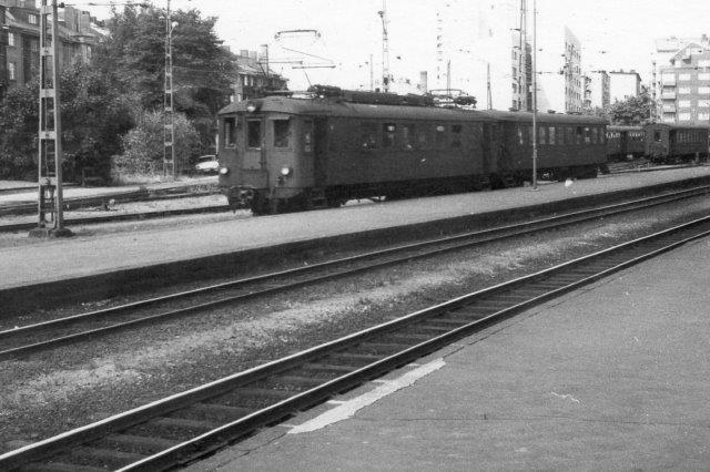 En stålmotorvogn ankommer med en personvogne. 1975.