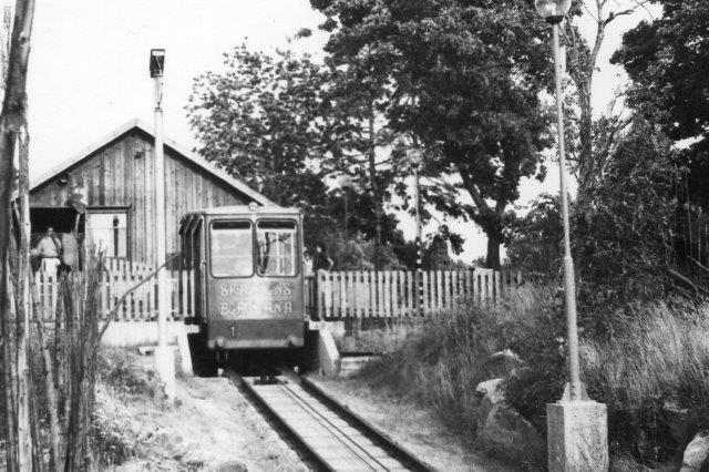 Både en vogn trukket af et kabel, som denne og en vogn (kabine) hængende i et kabel kaldes på dansk ´en kabelbane. På andre sprog, hvor sådanne baner er mere almindelig har banerne utvetydige betegnelser. Banen her ført til et udsigtspunkt på Skansen i Stockholm. 1975.