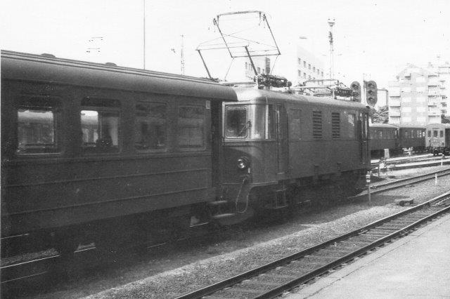 Tre personvogne fremført ef et af banens fem elektriske lokomotiver fra Asea bygget mellem 1939 og 46. Foto på Östra 1975.
