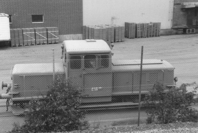 Arlas driftslokomotiv havde intet driftsnummer, men det var Kochums 243/1954. Det var tidligere SJ Z43 335 og Qaz 40-74-9451-099-0. Foto 1988.