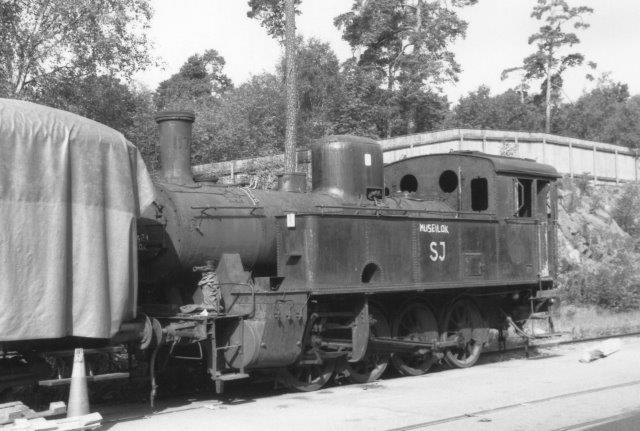 SJ N 1169, Atlas 148/1914. Maskinens ses her på Stockholmss Slagtehus' grund, hvor KÅJ, Stockholms Kultursällskab för Ånga och Järnnväg hav opstillet en større samling museumsmateriel i 1988. Lokomotivet skulle i dag befinde sig på Nynäshamns järnvägsmuseum.