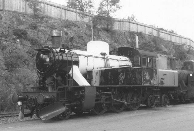 SJ S 1921, Bofors-Nohab 2222/1952. Senere S1. Også den henstod på slagtehuset for SKÅJ.