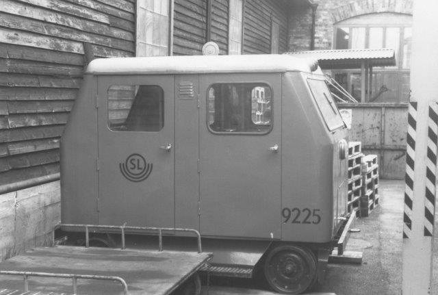 SL 9225 tol mandskabstransporter også hensat i Neglingen sammen med ballastvogn og en sneplov tilhørende saltsjöbanan. 1088.