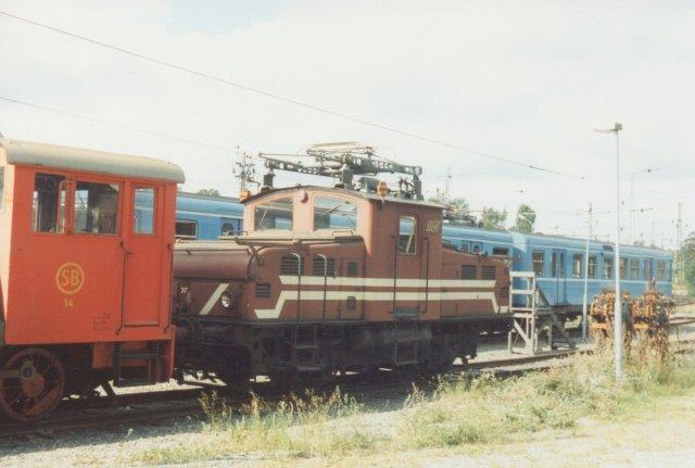 SSLidJ 201, Asea 241/1939 samt lidt af et motorlok som et lev fra tiden før SL overtagelse, da banen også havde godstrafik. Foto i Neglingen 1988.