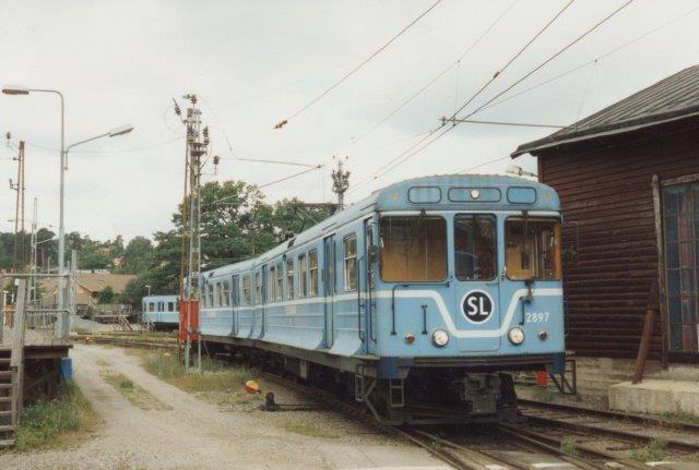 SL 2897 i Neglinge. Bemærk udbygningen for neden, hvor tunneltogene nu passer til Saltsjöbanens smallere perroner, og passagererne ikke falder ned!