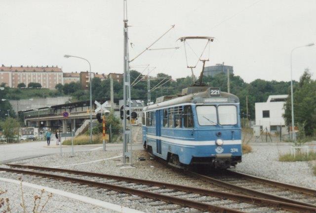I 1988 måtte passagererne stig om og tage Lidingøbanen linje 221, hvis de ville fra Tunnelbanen til Lidingö. Her er SSLidJ 374 på vej. Tunnelstationen ses i baggrunden.