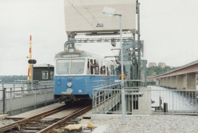 Bivogn 36 var bag i toget, der her kører over klapbroen over Skærgården for at komme til Lidingö. Ved siden af ses en motorvejbro. Bilfolket har været ved faddet, for de råber nok højere?