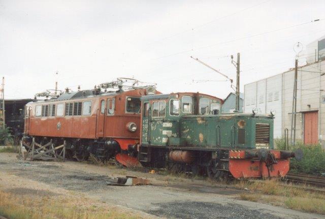 """I front lokomotivet """"Sågen,"""" NCB, Hismofors, KHD 56882/1958 hos SKÅJ, Stockholms Kultursällskab för Ånge och Järnväg i Albano i Stockholm 1988. Lokomotivet bagved er SJ F 701, der ses under Statsbaner."""