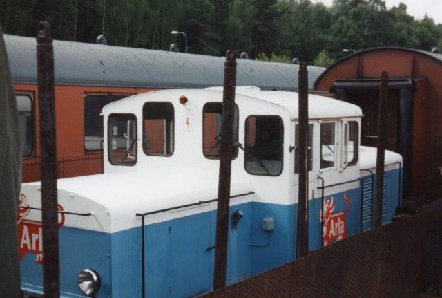 """I Stockholms Frihavn havde SKÅJ, Stockholms Kultursällskap föt Ånga och Järnväg en afdeling på godsbanegården Albano. Herstod blands andet ganske ufotograferbart et tidligere, og nu smukt restaureret Arlalokomoiv med en """"Arla-ko"""" på. Der er ingen data på lokomotivet."""