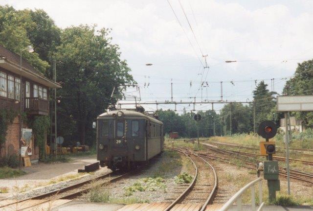 Motorvogn 39 på Roslagsbanan i Djursholms Ösby, hvor banens gren løb sammen. I 1988 var det gamle materiel endnu i drift, og stelværket var bemande.