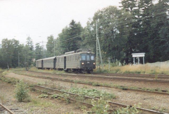 På en andet sidebane kom 54 med mellemvogn og styrevogn. Fotoene er fremdelest fra Djursholms Ösby 1988.