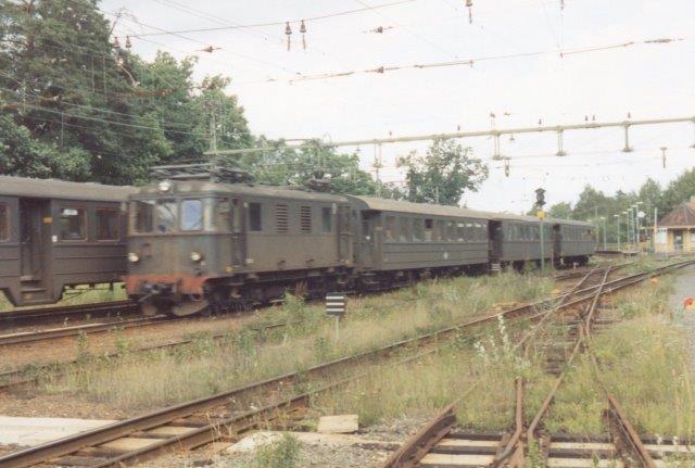 To lokomotivtrukne tog passerer hinanden.